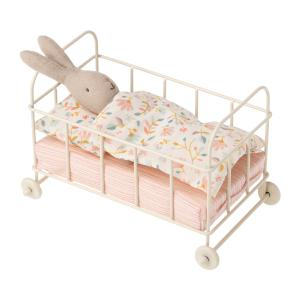 Maileg - 11-0108-00 - Lit bébé miniature à roulettes, Micro, taille : H : 10,5 cm - L : 14,5 cm - l : 8,5 cm (421702)
