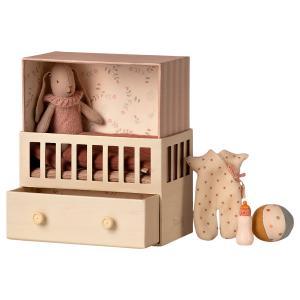 Maileg - 16-1020-01 - Bébé lapine dans sa chambre bébé - Micro bunny , taille : H : 15 cm - L : 17 cm - l : 8 cm (460918)