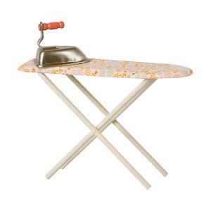 Maileg - 11-1100-00 - Table avec son fer à repasser , taille : H : 14 cm - L : 22 cm  (461056)